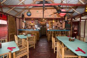 turned-turtle-restaurant-little-corn-island-beach-bungalow-eco-lodge-resort-inside-tables