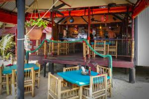 turned-turtle-restaurant-little-corn-island-beach-bungalow-eco-lodge-resort-tables