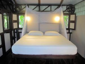 little-corn-island-beach-bungalow-cabins-rooms-fawcett-z-king-bed